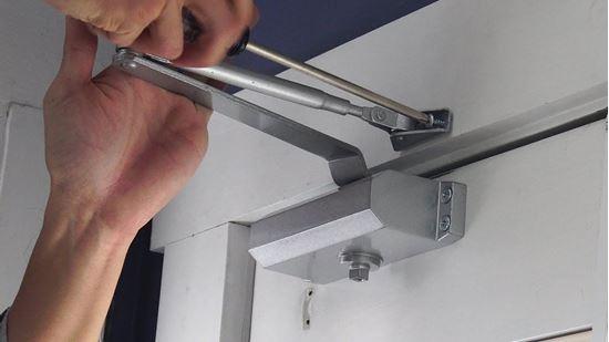 صورة : Door Closer ماكينة لغلق الباب اتوماتيك